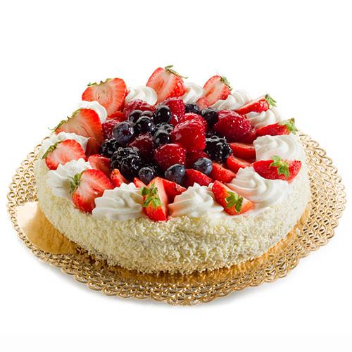 کیک اسفنجی با روکش شکلات سفید و میوههای فصل<