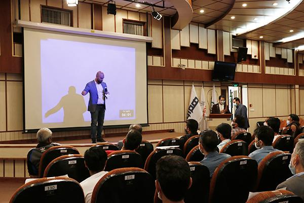 حضور جمعی از جوانان منطقه 12 تهران در کارخانه نوآوری آزادی