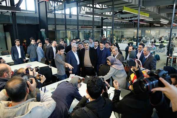بازدید پیروز حناچی، شهردار تهران و سورنا ستاری، معاون علمی و فناوری ریاست جمهوری از کارخانه نوآوری آزادی